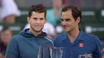 Finalsieger Dominic Thiem (l) steht mit seiner Trophäe neben dem unterlegenem Roger Federer.