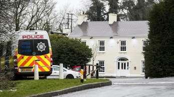 Ein Polizeifahrzeug steht vor dem Greenvale Hotel in Cookstown, wo am Vorabend drei junge Menschen auf einer Party starben.