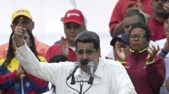 Der venezolanische Präsident Nicolás Maduro spricht während einer Kundgebung zu seinen Anhängern.