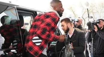 Ankunft der Spieler des DFB-Teams im Hotel Ritz Carlton in Wolfsburg: Antonio Rüdiger steigt aus einer Limousine.