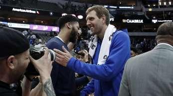Mavs-Spieler Dirk Nowitzki (M) und Anthony Davis (l) von den New Orleans Pelicans sprechen nach dem Spiel miteinander.