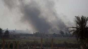 Rauch steigt auf aus Baghus:Die kurdischen Truppen scheinen der letzten IS-Bastion in Syrien den entscheidenden Schlag versetzt zu haben.