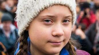 Die Klimaaktivistin Greta Thunberg wird mit einer Goldenen Kamera geehrt.