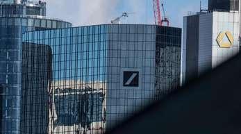 Blick über die Bankentürme von Frankfurt: im Zentrum die der Commerzbank und der Deutschen Bank.
