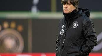 Deutschlands Bundestrainer Joachim Löw beobachtet das Training der Nationalspieler vor dem Aufeinandertreffen mit Serbien.