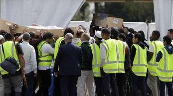 Trauernde tragen die Leichen von zwei Opfern des rassistisch motivierten Attentats in Christchurch.