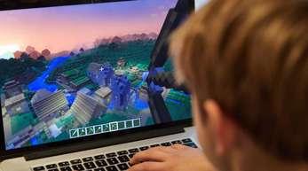Kinder, die weniger daddeln, surfen oder auf sozialen Medien unterwegs sind, bewegten sich nicht zwangsläufig mehr.
