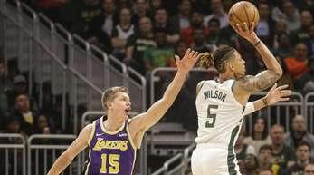 Lakers-Spieler Moritz Wagner (l) verteidigt gegen D.J. Wilson von den Milwaukee Bucks.