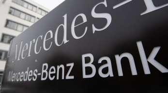 Das Logo der Mercedes-Benz Bank ist am Firmensitz der Bank zu sehen.