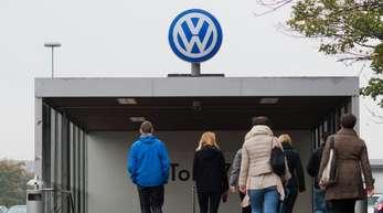 Der verschärfte Sparkurs mit einem weiteren Stellenabbau bei Volkswagen dürfte im Fokus der Betriebsversammlung in Wolfsburg stehen.