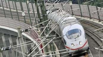 Ein ICE auf der Hochgeschwindigkeitstrasse bei Neuwied. Die Bahn will weitere Strecken für besonders schnelle Zugfahrten ausbauen.