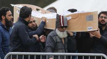 Trauernde tragen den Sarg eines Christchurch-Opfers zu seiner letzten Ruhestätte.