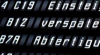 Eine Anzeigetafel zeigt in der Abflughalle des Flughafens Hannover die Verspätung mehrerer Flüge an.