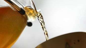 Sehr heißer Tee kann die Entstehung von Speiseröhrenkrebs fördern.