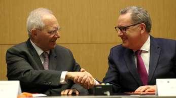 Bundestagspräsident Wolfgang Schäuble (l) und Richard Ferrand, Präsident der französischen Nationalversammlung, reichen sich in Paris die Hände.