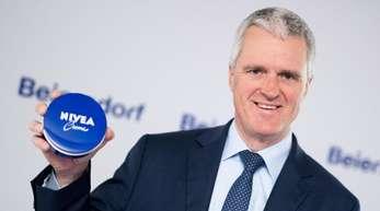 Spitzenverdiener war der Studie zufolge der zum Jahresende ausgeschiedene langjährige Beiersdorf-Chef Stefan Heidenreich mit einer Gesamtvergütung von 23,45 Millionen Euro.