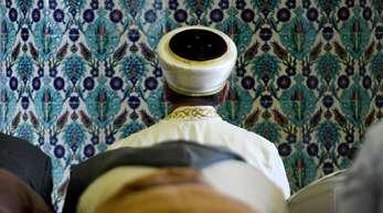Ein Imam betet in der Centrum-Moschee Hamburg.