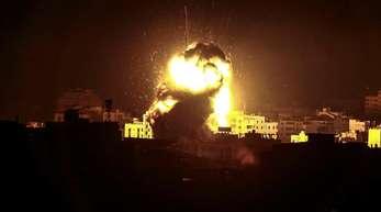 Nach einem israelischen Luftangriff erhellt eine Explosion den Himmel über Gaza.