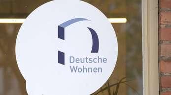 Das Logo des Immobilien-Anbieters Deutsche Wohnen klebt auf derScheibe des Servicepoints des Unternehmens inBerlin-Britz.