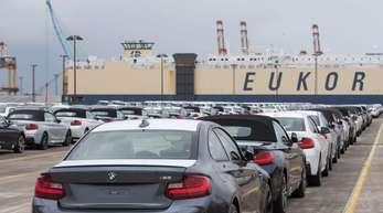 Neuwagen des BMW-Konzerns stehen auf dem Autoterminal der BLG Logistics Group zur Verschiffung bereit. Rund 20 Prozent der deutschen Autoexporte gehen nach Großbritannien.
