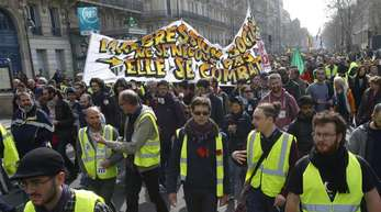 In Frankreich stagnierte der private Konsum. Dies dürfte Experten zufolge auch eine Folge der sogenannten Gelbwesten-Proteste gewesen sein, unter denen der Einzelhandel besonders zu leiden hatte..