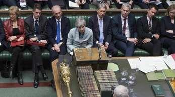 Sehr allein: Premierministerin Theresa May sieht sich im britischen Parlament mit Labour-Parteichef Jeremy Corbyn (vorne) konfrontiert.