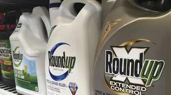 Behälter mit Roundup, einem Unkrautvernichter von Monsanto, stehen in einem Regal in einem Baumarkt.