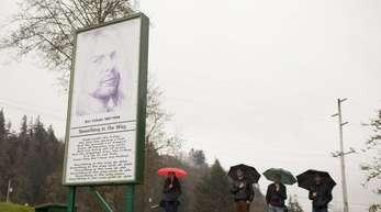 """Aberdeen im US-Bundestaat Washington: Fans stehen im Kurt Cobain Memorial Park an einem Denkmal, auf dem der Songtext von """"Something in the way"""" zu sehen ist."""