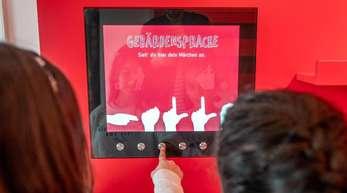 Im Brüder-Grimm-Museum können sich die jungen Besucher die Märchen «Dornröschen» und «Der gestiefelte Kater» auch in Gebärdensprache ansehen.
