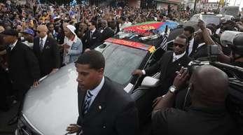 Menschen umringen den Leichenwagen mit den sterblichen Überresten von Nipsey Hussle.