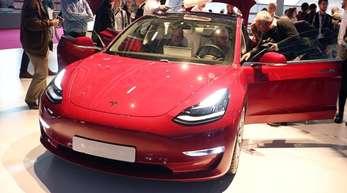 Doch nicht so umweltfreundlich? Der Studie zufolge belastet eine Batterie für einen Tesla Model 3 das Klima mit 11 bis 15 Tonnen CO2.