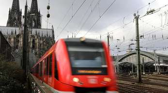 Ein Regionalzug verlässt den Hauptbahnhof in Köln.