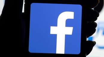 Das Facebook-Logo auf dem Bildschirm eines Smartphones.