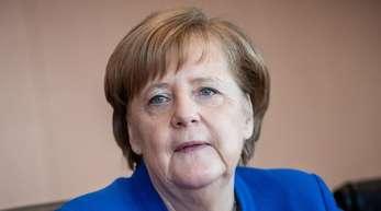 Angela Merkel erweist ihrer verstorbenen Mutter die letzte Ehre.