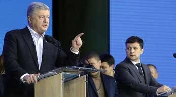Der ukrainische Präsident Petro Poroschenko und sein Herausforderer Wolodymyr Selenskyj (r) debattieren im Olympiastadion von Kiew.