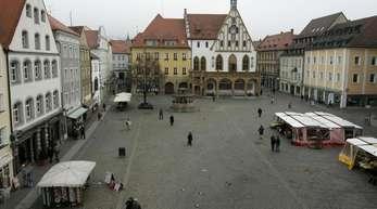 Blick über den Marktplatz und auf das Rathaus in Amberg. Vier Flüchtlinge hatten in der Stadt wahllos Passanten geschlagen.
