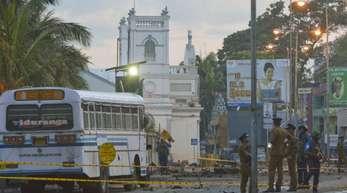 Sicherheitskräfte sperren eine Straße ab. Zwei Tage nach der Serie von Selbstmordanschlägen auf Kirchen und Hotels in Sri Lanka ist die Zahl der Todesopfer weiter gestiegen.