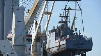 Ein Küstenschutzboot für Saudi-Arabien wird 2018 im Hafen Mukran auf ein Transportschiff verladen.