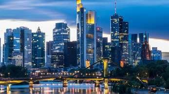 Die Bankenskyline von Frankfurt am Main. Die Geldinstitute in Europa spüren der Studie zufolge nach wie vor kräftigen Gegenwind.