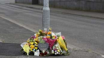Blumen liegen am Fanad Drive, wo Lyra McKee am 18.04. bei gewaltsamen Ausschreitungen erschossen wurde.