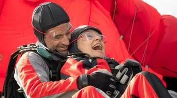 Inga Lürsen (Sabine Postel) und Stedefreund (Oliver Mommsen) wagen einen Tandem-Fallschirmsprung.