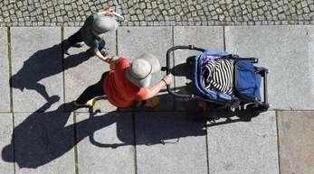 Eine Frau und ein Kind auf einem Gehweg.Der BGH hat zum Thema verbotene Leihmutterschaft geurteilt.