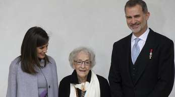 Cervantes-Preisträgerin Ida Vitale (m) mit König Felipe und Königin Letizia von Spanien nach einer Zeremonie.
