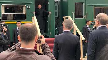 Kim Jong Un wird bei seiner Ankunft am Grenzbahnhof von Hassan begrüßt.
