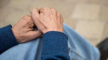 Ein Bewohner eines Altenheimes sitzt vauf einer Bank. Der Umgang mit alkoholkranken Senioren überfordert viele Einrichtungen.