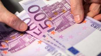 Nur noch bis einschließlich 26. April ist der lilafarbene 500-Euro-Schein bei der Deutschen Bundesbank und der Österreichischen Nationalbank zu haben.