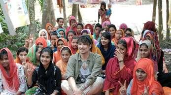 Julien Bam in einem Slum in Dhaka.