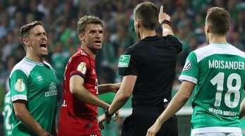 Schiedsrichter Daniel Siebert stand beim Bremer Pokal-Aus im Zentrum der Kritik.