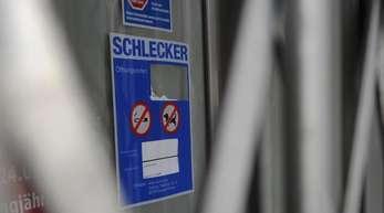 2012: Vor dem Eingang einer Schleckerfiliale ist das Rolltor heruntergefahren.