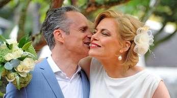 Frischgebackenes Paar: Julia Klöckner legt den Arm um ihren Mann Ralph Grieser.